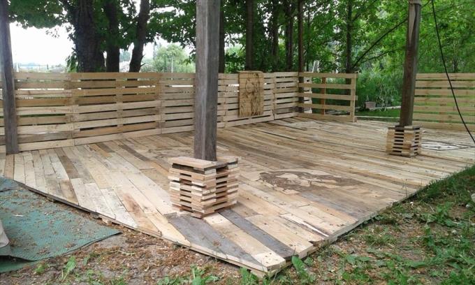 Comment recycle de vieilles palettes en bois - Terrasse en palette de recup ...