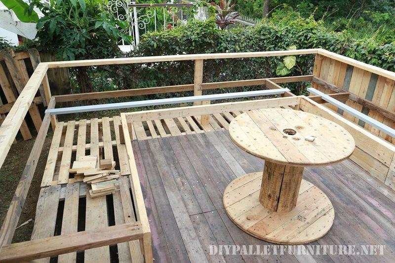 Voici une terrasse en palette extraordinaire - Quoi faire avec des palettes en bois ...
